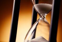 Reloj de arena que cuenta abajo del tiempo Imagenes de archivo