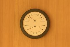 Reloj de arena, termómetro y aerómetro en la pared de madera en sauna Imagen de archivo