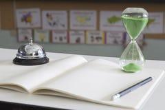 Reloj de arena verde en sala de clase Imagen de archivo libre de regalías