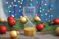 Reloj de arena y decoración festiva en la tabla cuenta de +EPS los días 'hasta la pizarra de la Navidad Fotografía de archivo