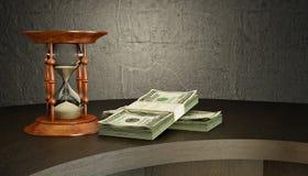 Reloj de arena y dinero en el escritorio Fotografía de archivo