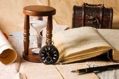 Reloj de arena y el libro - vendimia Foto de archivo
