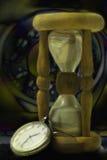 Reloj de arena y reloj. Noche Imagen de archivo