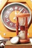 Reloj de arena y reloj retro del vintage Fotografía de archivo libre de regalías