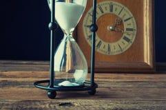 Reloj de arena y reloj viejo del vintage Fotos de archivo libres de regalías