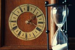 Reloj de arena y reloj viejo del vintage Imágenes de archivo libres de regalías
