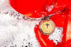 Reloj de bolsillo antiguo en superficie nevada Imagen de archivo libre de regalías