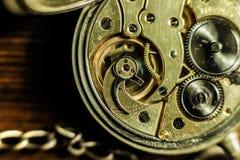 Reloj de bolsillo antiguo viejo del oro con la cadena Ciérrese para arriba, concepto de la espalda abierta fotos de archivo libres de regalías