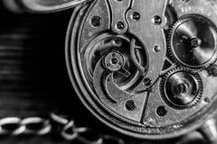 Reloj de bolsillo antiguo viejo del oro con la cadena Ciérrese para arriba, concepto de la espalda abierta imagenes de archivo