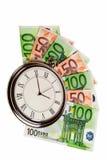 Reloj de bolsillo clásico en billetes de banco euro. Foto de archivo libre de regalías