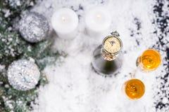 Reloj de bolsillo con Champán en la superficie Nevado Fotos de archivo