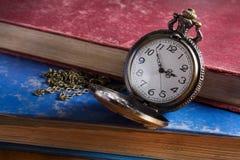 Reloj de bolsillo con el libro antiguo Fotos de archivo libres de regalías