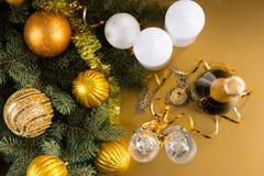 Reloj de bolsillo con los árboles de hoja perenne festivos y Champán Imágenes de archivo libres de regalías