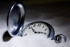 Reloj de bolsillo cubierto con la arena Foto de archivo libre de regalías