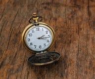 Reloj de bolsillo de la vendimia en fondo de madera Imágenes de archivo libres de regalías