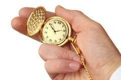 Reloj de bolsillo de oro en la mano de un hombre de negocios. Imagenes de archivo