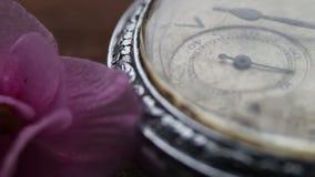 Reloj de bolsillo de plata viejo con la mudanza de la segunda mano almacen de video