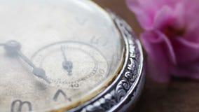 Reloj de bolsillo de plata viejo con la mudanza de la segunda mano almacen de metraje de vídeo