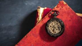Reloj de bolsillo del lapso de tiempo en el libro viejo almacen de video
