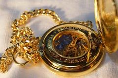 Reloj de bolsillo del oro con el encadenamiento imagenes de archivo