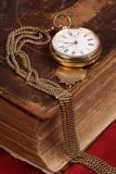 Reloj de bolsillo del oro viejo foto de archivo libre de regalías