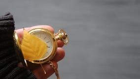 Reloj de bolsillo del oro y hoja del otoño almacen de video