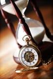 Reloj de bolsillo del oro y reloj de arena Imagenes de archivo