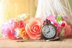 Reloj de bolsillo del vintage con el ramo color de rosa Foto de archivo