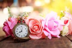 Reloj de bolsillo del vintage con el ramo color de rosa Imagenes de archivo