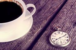 Reloj de bolsillo del vintage con la taza de café Foto de archivo