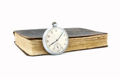 Reloj de bolsillo del vintage y libro viejo Fotos de archivo libres de regalías