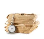 Reloj de bolsillo en el libro viejo Imágenes de archivo libres de regalías