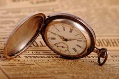 Reloj de bolsillo en el periódico de la vendimia Imagenes de archivo