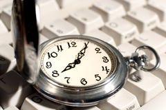 Reloj de bolsillo en el teclado imágenes de archivo libres de regalías
