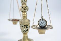 Reloj de bolsillo en escala del peso Imágenes de archivo libres de regalías