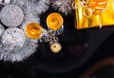 Reloj de bolsillo en la tabla con los regalos y las decoraciones Imágenes de archivo libres de regalías