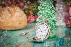Reloj de bolsillo en nieve, la Navidad y el Año Nuevo Imagen de archivo