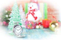 Reloj de bolsillo en nieve, la Navidad y el Año Nuevo Fotografía de archivo libre de regalías