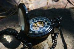 Reloj de bolsillo hermoso del oro que miente en la tierra Fotos de archivo libres de regalías
