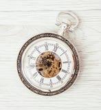 Reloj de bolsillo retro en el fondo de madera Fotografía de archivo libre de regalías