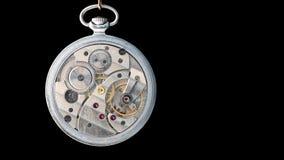 Reloj de bolsillo viejo del mec?nico abierto para la reparaci?n Aislado en negro metrajes