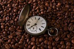 Reloj de bolsillo viejo del vintage en granos de café asados Fotos de archivo