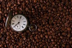 Reloj de bolsillo viejo del vintage en granos de café asados fotografía de archivo libre de regalías