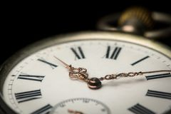 Reloj de bolsillo viejo en una superficie reflexiva negra imagen de archivo libre de regalías