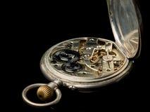 Reloj de bolsillo viejo en una superficie reflexiva negra fotos de archivo libres de regalías