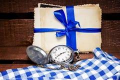 Reloj de bolsillo y fotos viejas Foto de archivo