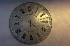 Reloj de cobre amarillo viejo y tiempo fotografía de archivo