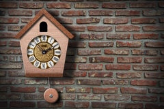 Reloj de cuco en la pared. Foto de archivo