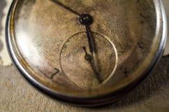 Reloj de decaimiento en el fondo del álbum viejo con las fotos imágenes de archivo libres de regalías