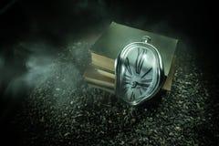 Reloj de fusi?n suave torcido en un banco de madera, la persistencia de la memoria de Salvador Dali libre illustration